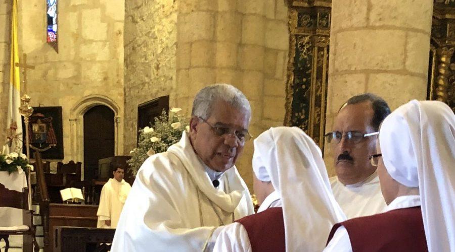 2020-01-12 Catedral de Santo Domingo (Dando la Comunión el Arzobispo Primado de las Américas a las Hermanas Beatriz y Pilar)